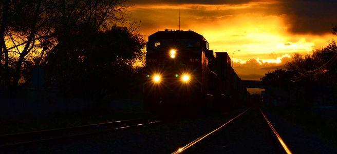 Ett tåg sett framifrån i nattlandskap.