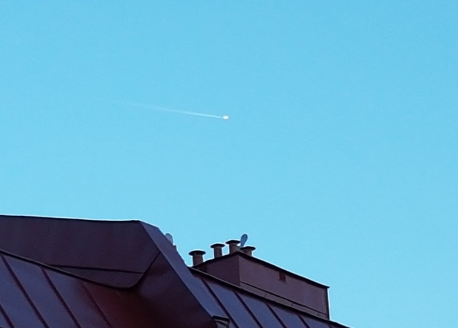 Ett flygplan med k-strimma över hustak i Majorna.