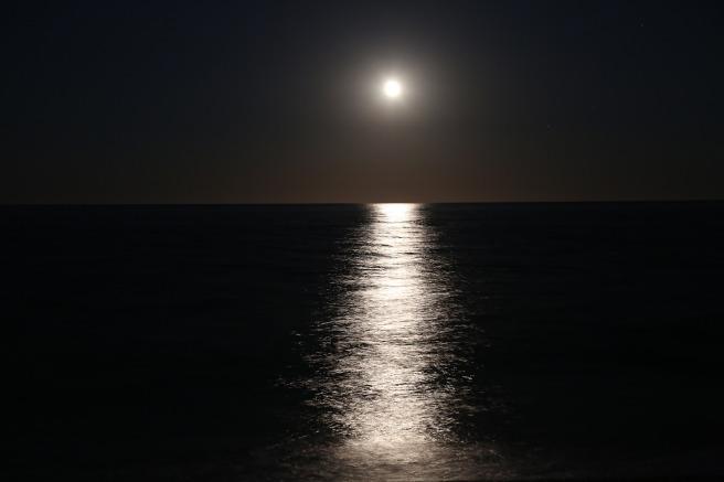 Månstrimma på vattnet